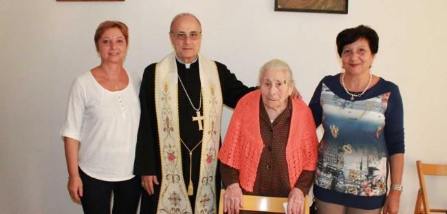 Il Vescovo, con Maria Salvaggio e le ministranti Rosa Cappadoro ed Enza Gucciardi.