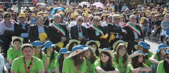 """Sindaci e onorevoli in prima fila durante una passata edizione di """"Giovaninfesta"""" a Santa Ninfa."""
