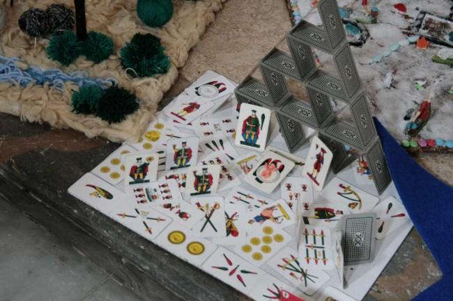 Un presepe realizzato con le carte da gioco.
