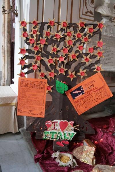 L'albero realizzato dai migranti ospiti della Fondazione San Vito Onlus.