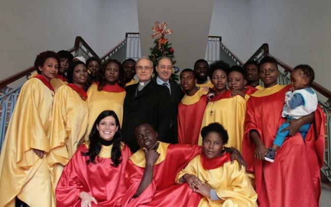 il coro gospel col Vescovo e il prefetto.