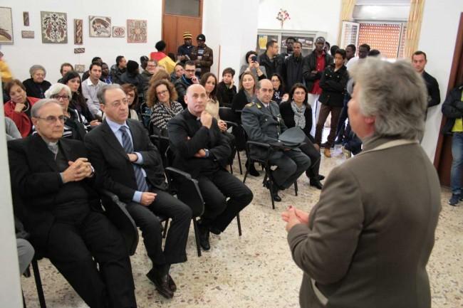 Il presidente della Fondazione Vilma Angileri parla alla platea: si riconoscono in prima fila: il Vescovo, il prefetto e don Giacinto Leone.