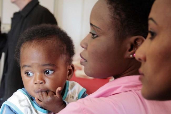Una migrante ospite della Fondazione con la sua bambina.
