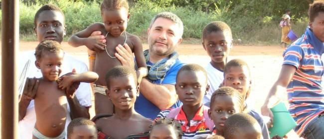 Roberto Rapisarda coi bambini in Tanzania.