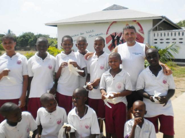 Il maresciallo Roberto Rapisarda con i bambini africani durante una sua missione umanitaria.