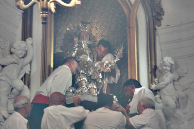 Il simulacro di San Vito viene riposto nella sua nicchia della chiesa di San Michele, a conclusione dei festeggiamenti.