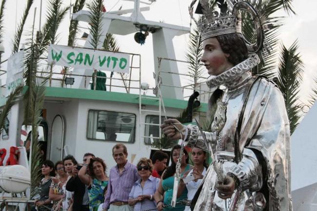 """Il simulacro di San Vito a bordo del peschereccio """"Afrodite""""."""