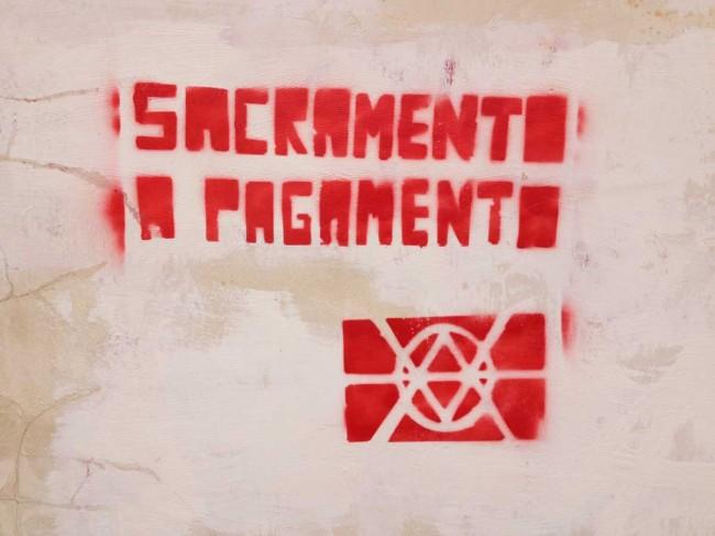 La scritta con vernice rossa comparsa sul muro laterale della chiesa madre di Campobello di Mazara (foto Aldo Licata)