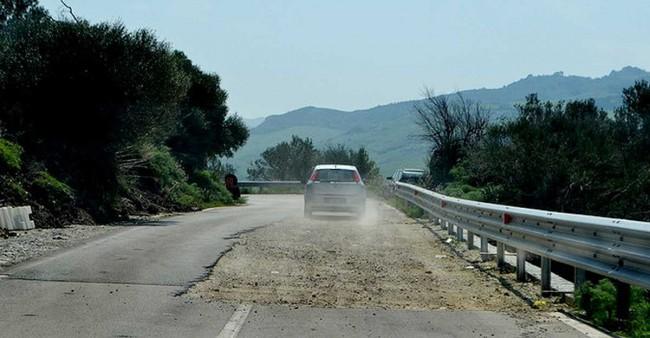 Un tratto di strada provinciale in Sicilia.