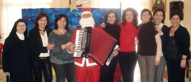 Un momento d'animazione, lo scorso Natale, all'interno dell'istituto, insieme ad alcuni abitanti di contrada Strasatti.