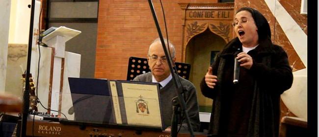 Suor Cristina accompagnata al piano dal maestro Franco Giacomarro.