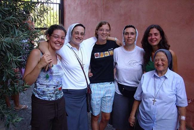 suor Luisa, la seconda da sinistra.