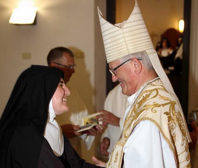 Suor Maria Alessandra col Vescovo di Trapani, monsignor Pietro Maria Fragnelli.