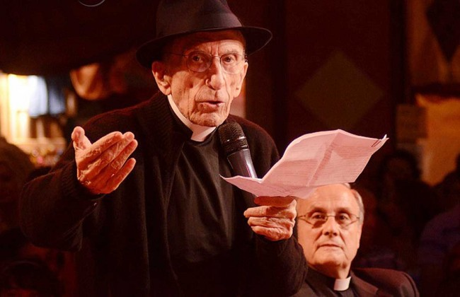 Monsignor Mogavero con don Andrea Gallo nell'incontro di qualche anno fa al Suq di Genova.