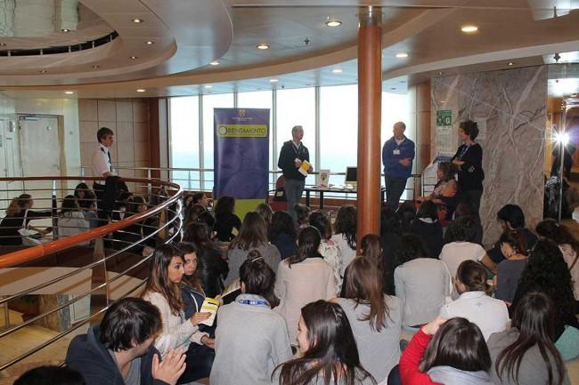 """Alcuni deI ragazzi partecipanti al progetto """"Sailor"""" a bordo della """"Fantastic""""."""
