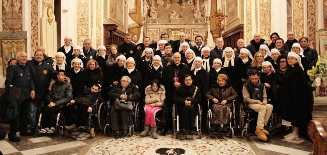 Operatori Unitalsi, diversamente abili e il Vescovo al termine della celebrazione dello scorso 11 febbraio in Cattedrale.