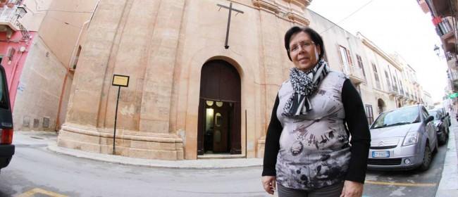 Giuseppina Milazzo davanti la chiesa di Sant'Anna a Marsala.