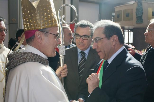 Il Vescovo, Nicola Catania (coordinatore dei sindaci del Belice) e Giovanni Cuttone (sindaco di Partanna).
