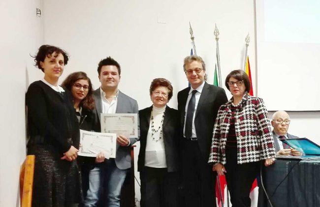 I due studenti ai quali sono state assegnate le borse di studio, insieme ai familiari di Maurizio Vignola e il sindaco Felice Errante.