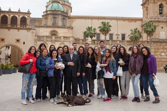 I venti studenti insieme al Vescovo in piazza della Repubblica.
