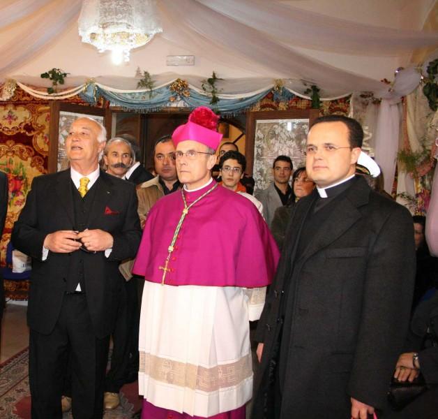 Don Nicola Patti (a destra) col Vescovo.