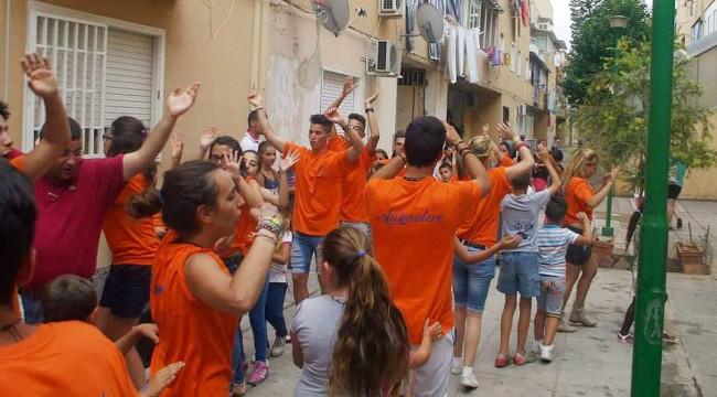 I volontari di Castelvetrano mentre giocano con i bambini allo Zen di Palermo.