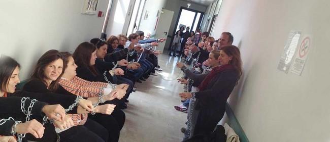La protesta nei corridoi dell'ospedale di Pantelleria.