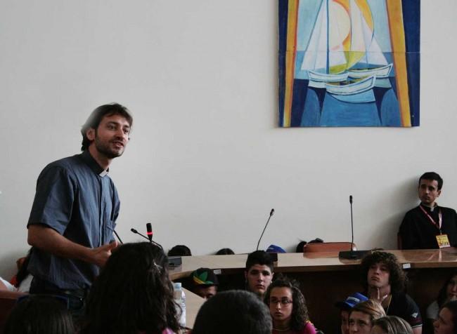 Don Davide Banzato mentre parla coi giovani nell'aula consiliare del Comune di Petrosino.
