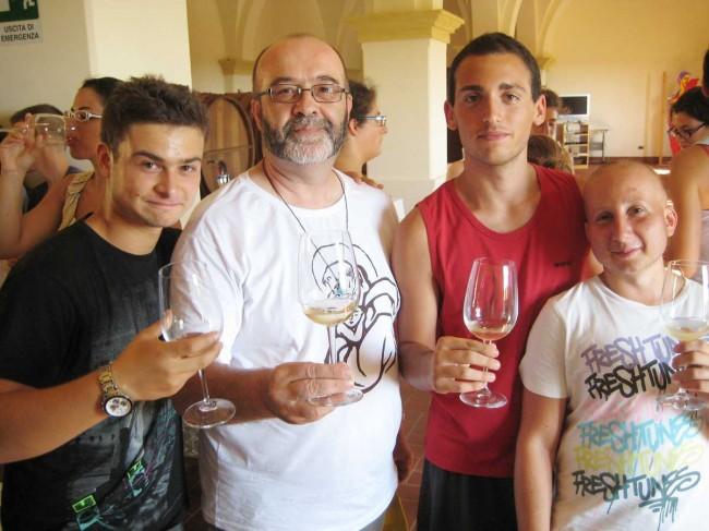 Don Silvano insieme ad alcuni ragazzi.