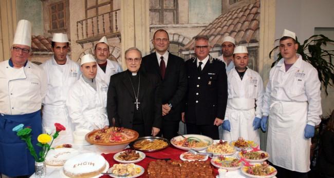 Il Vescovo, il direttore del carcere, il comandante della Polizia penitenziaria e i sei detenuti-chef.