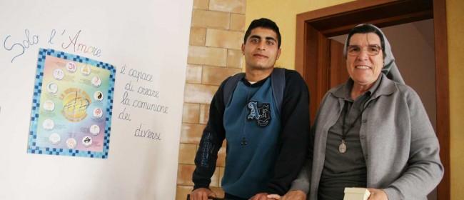 Suor Paola (a destra), con uno dei ragazzi che hanno frequentato il Centro alla casba.