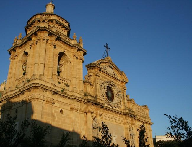 Una veduta esterna della facciata col campanile della Cattedrale.
