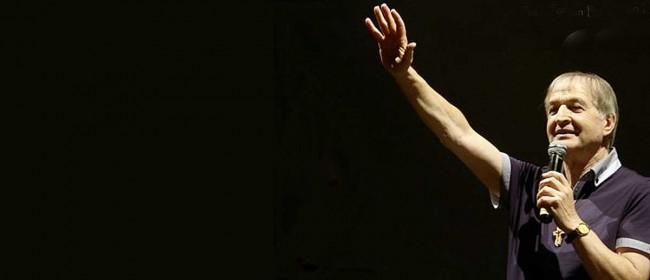 Don Giosy Cento durante un concerto.