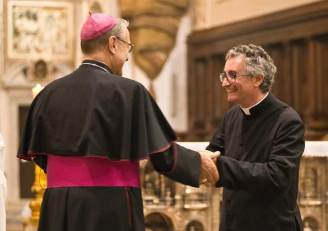 Il Vescovo e il Vicario generale don Giuseppe Undari.