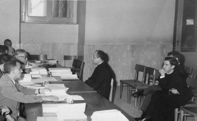 Un giovane Pino Puglisi seminarista (a destra nella foto) assiste attento alla discussione della tesi del compagno di seminario, don Pietro Pisciotta.