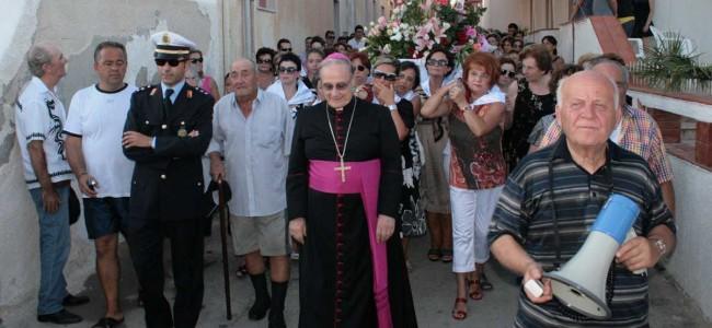 Don Pietro Pisciotta durante la processione della Madonna il 15 agosto a Tre Fontane: nella foto è il primo a destra.