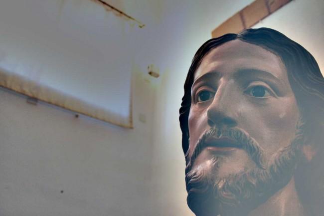Un particolare della statua del Sacro Cuore di Gesù.