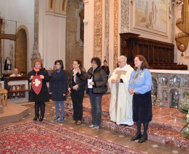 Padre Antonino Bellissima insieme ad alcuni scout.